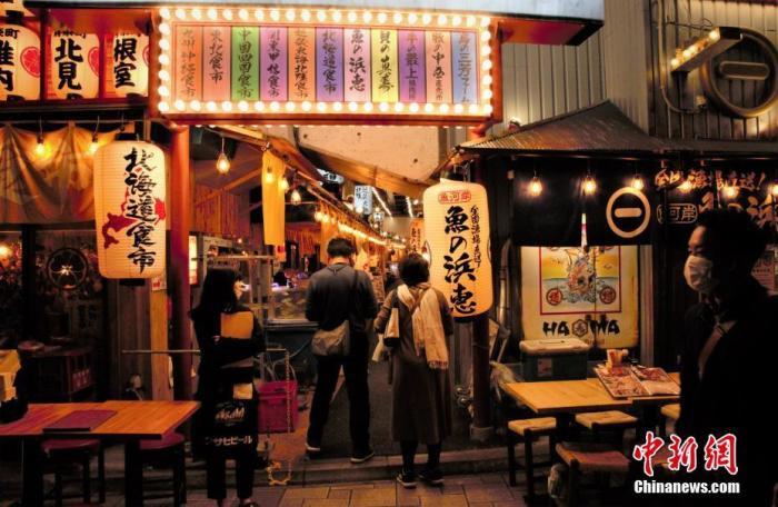当地时间11月8日,日本经济再生大臣西村康稔表示,希望对疫情继续保持警惕,加快制定冬季防疫对策。近期日本疫情有反弹趋势。图为东京民众进入餐饮街就餐。 中新社记者 吕少威 摄
