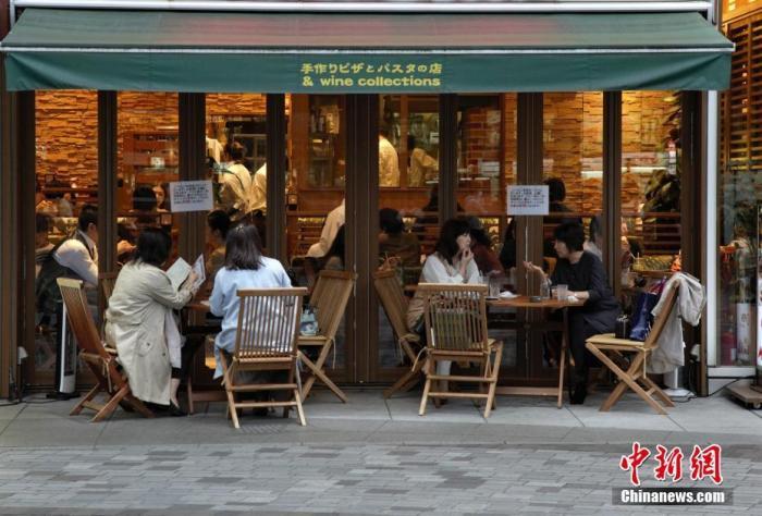 当地时间11月8日,日本经济再生大臣西村康稔表示,希望对疫情继续保持警惕,加快制定冬季防疫对策。近期日本疫情有反弹趋势。图为东京民众在室外喝下午茶。 lt;a target='_blank' href='http://www.chinanews.com/'gt;中新社lt;/agt;记者 吕少威 摄