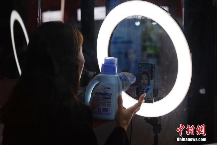 11月8日,上海,第三届中国国际进口博览会消费品展区内,狮王展台的工作人员正在进行网络直播。 中新社记者 韩海丹 摄