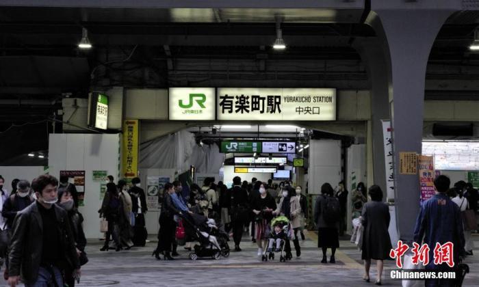 资料图:日本东京民众走入车站。 中新社记者 吕少威 摄