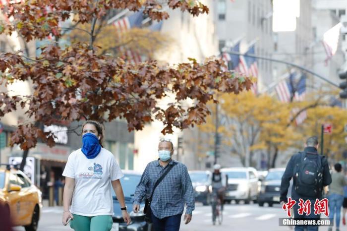 当地时间11月9日,美国纽约市曼哈顿区第五大道上的民众。美国约翰斯·霍普金斯大学9日发布的新冠疫情最新统计数据显示,美国累计确诊病例已超过1000万例。 中新社记者 廖攀 摄