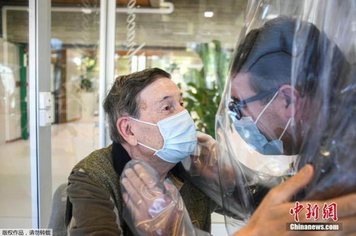 """当地时间11月11日,意大利威尼斯,意大利疗养院设立""""拥抱屋"""",方便老人在有防疫保护措施的前提下、与亲人见面。"""