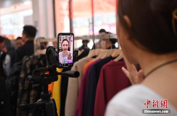资料图:主播通过直播带货。<a target='_blank' href='http://www.chinanews.com/'>中新社</a>记者 王刚 摄