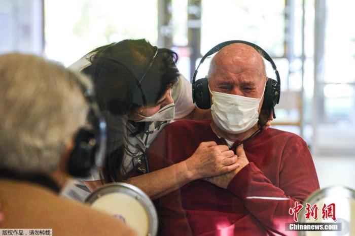 """当地时间11月11日,意大利威斯,意大利疗养院设立""""拥抱屋"""",方便老人在有防疫保护措施的前提下、与亲人见面。"""