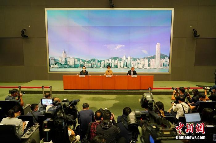 11月11日,香港特区行政长官林郑月娥(中)联同律政司司长郑若骅(左)和政制及内地事务局局长曾国卫(右)就全国人民代表大会常务委员会关于香港特别行政区立法会议员资格问题作出的决定会见传媒。林郑月娥表示,全国人大常委会的决定合宪合法合理,可确保延任立法会议员符合《香港基本法》的要求。中新社记者 张炜 摄