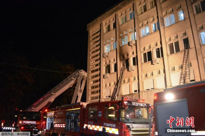当地时间11月14日,罗马尼亚皮亚特雷亚姆一新冠重症病房发生火灾。图为消防人员通过梯子展开援救。