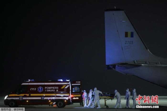 当地时间11月14日,罗马尼亚皮亚特雷亚姆一新冠重症病房发生火灾。图为医护人员转移在事故中受伤的医生。