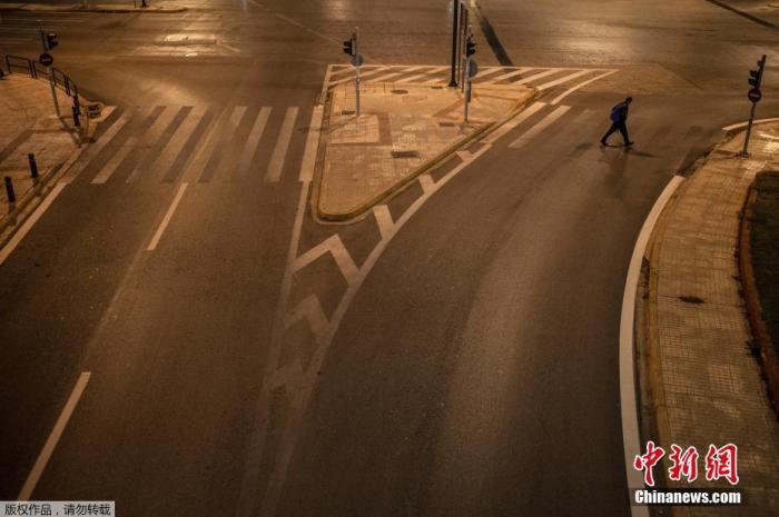 当地时间11月15日,希腊雅典,一名行人穿过空旷的Messogion大街。