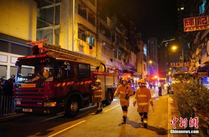 11月16日凌晨,香港警方及消防队在油麻地发生火灾的唐楼现场处理事故。15日晚,香港油麻地广东道560号唐楼发生火灾,火灾至少造成7死11伤,全部是南亚裔人士。起火单位是一间尼泊尔餐厅,当时正在举行生日聚会,怀疑蜡烛点燃隔音板引起火灾。 记者 张炜 摄