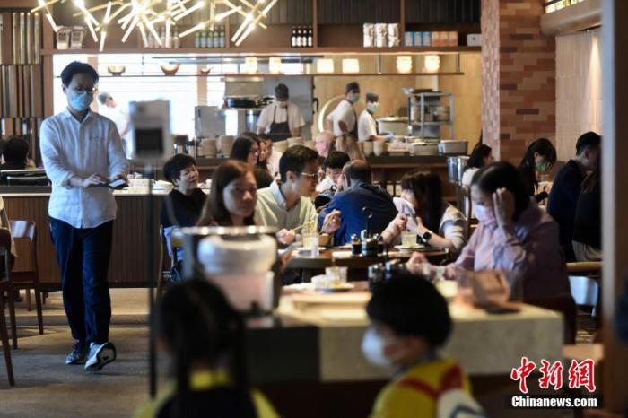 图为铜锣湾一食肆店内大量市民用餐。 中新社记者 李志华 摄