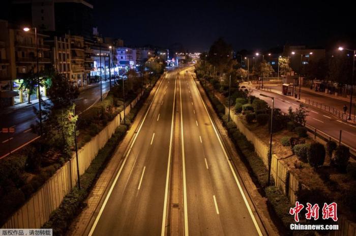 资料图:当地时间11月15日,希腊雅典,Messogion大街空空荡荡。