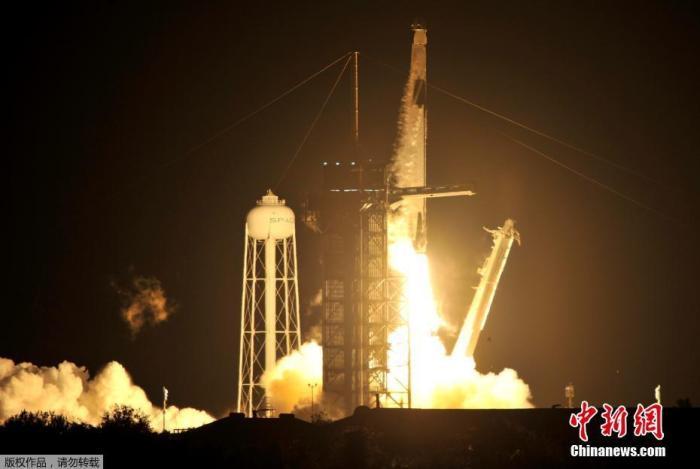 """当地时间11月15日晚7时27分,SpaceX新设计的""""龙""""飞船(Crew Dragon)太空舱从位于佛罗里达州卡纳维拉尔角的NASA肯尼迪航天中心用SpaceX 猎鹰9号火箭搭载发射升空。NASA称,这次飞行是该火箭和飞船系统的第一次""""运营""""任务。"""