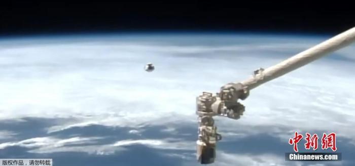 """据外媒报道,美国东部时间16日晚11时许,在通过了27个幼时飞走后,搭载4名宇航员的SpaceX""""龙""""飞船和国际空间站完善对接。据报道,美国东部时间17日早晨1点40分旁边,""""龙""""飞船舱门将开启。图为从遥远不益看察""""龙""""飞船挨近国际空间站。"""
