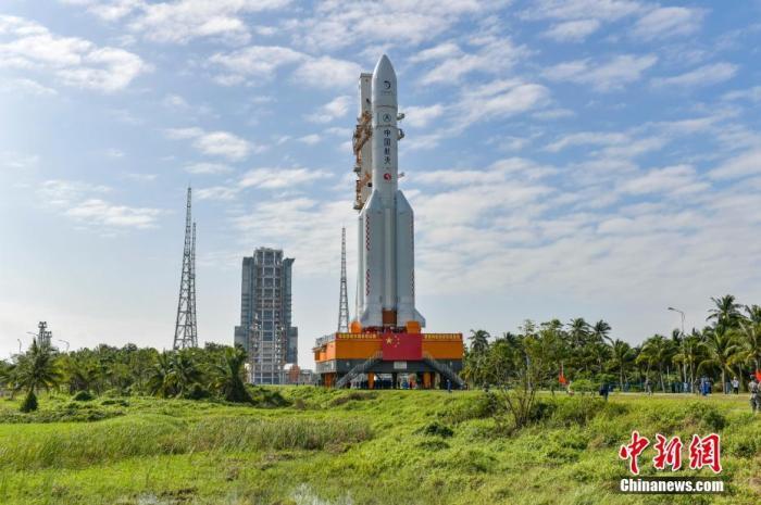 图为长征五号遥五火箭垂直转运。骆云飞 摄