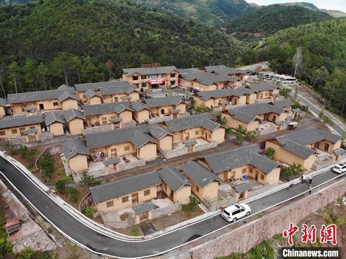 资料图:航拍昭觉县三岔河乡三河村新居。中新社记者 张浪 摄