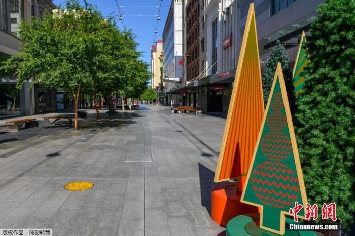 """当地时间11月19日,南澳大利亚州首府阿德莱德,街道上人烟稀少。澳大利亚联邦卫生部18日发布的数据显示,过去24小时新增确诊病例21例,累计确诊27777例,累计死亡907例。澳大利亚南部的南澳大利亚州州政府18日宣布,为应对近期某隔离酒店出现的新冠聚集性感染,阻止疫情扩散,该州从19日起将实行为期6天的""""居家令""""。"""