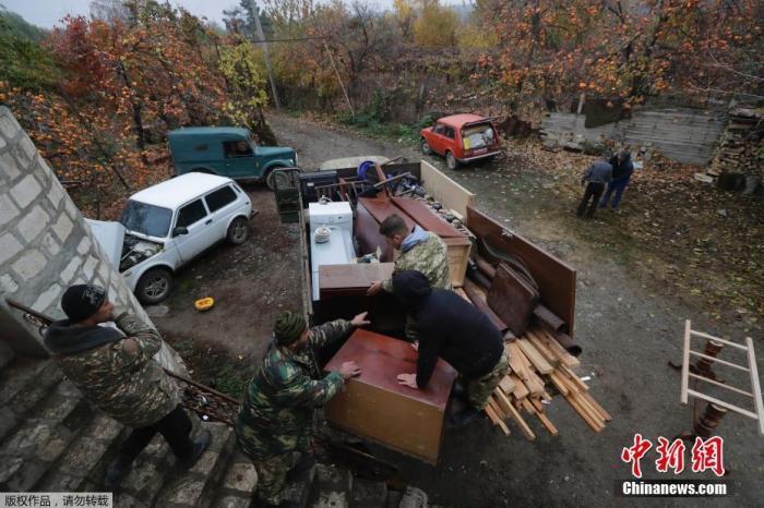 当地时间11月18日,纳卡地区的一个村庄里,准备搬离村庄的民众正在打包行李装车。