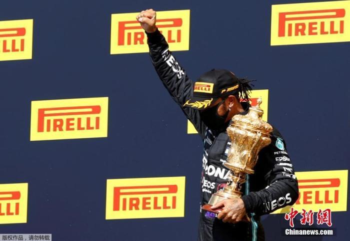 8月2日,F1英国大奖赛,来自梅赛德斯-奔驰车队的汉密尔顿在领奖台上庆祝赢得比赛。Andrew Boyers