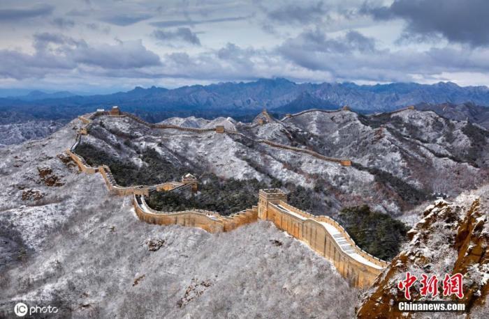 11月19日,河北承德金山岭长城景区迎来2020年冬日首场降雪。初雪过后,漫山遍野都被雪覆上了一层白衣,静谧的金山岭,像极了水墨画。图片来源:ICphoto