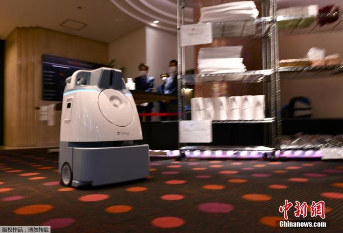 资料图:当地时间2020年11月19日,机器人PATORO在日本东京�商场巡逻,为门把手和地面消杀。
