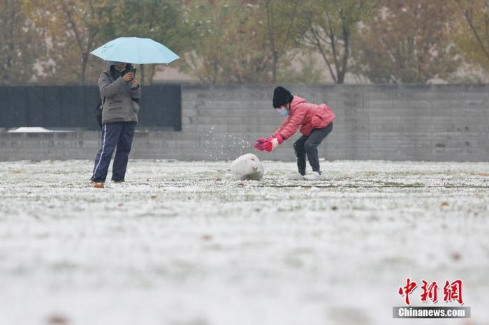11月21日,北京迎来降雪天气,市民在大望京公园内玩雪。 /p中新社记者 韩海丹 摄