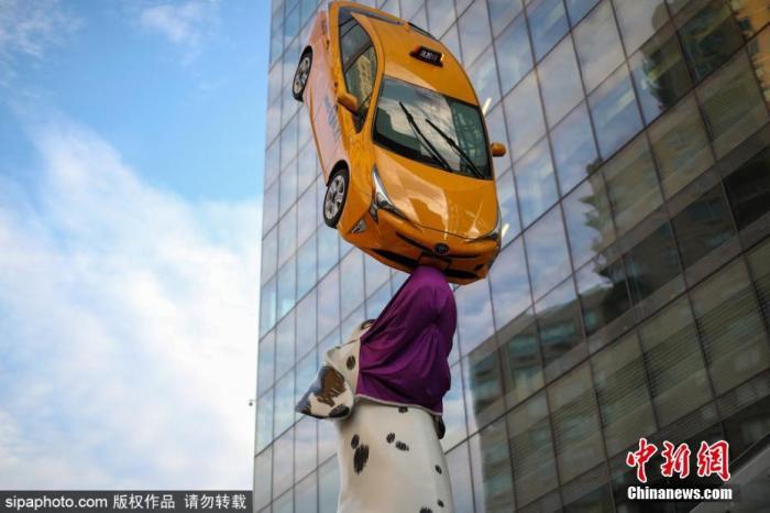 """当地时间11月20日,美国纽约,美国巨型斑点狗雕像戴上""""口罩"""" 提醒人们外出记得做好防护措施。图片来源:Sipaphoto版权作品 禁止转载"""