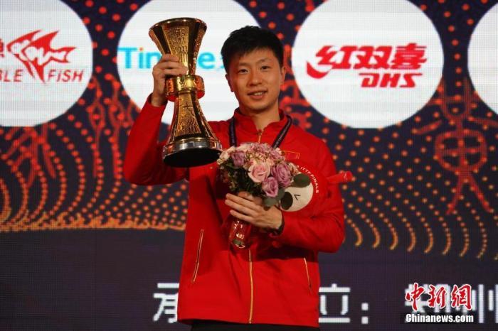 2020国际乒联总决赛,男单冠军马龙在颁奖仪式上捧杯。<a target='_blank' href='http://www.chinanews.com/'>中新社</a>记者 阚力 摄