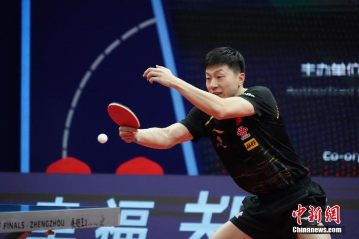 11月22日,马龙在比赛中。当日,在郑州进行的2020国际乒联总决赛男子单打决赛中,中国选手马龙以4比1战胜队友樊振东,夺得冠军。 中新社记者 阚力 摄
