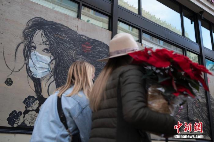 资料图:当地时间11月21日,美国加州旧金山市民经过一处街头涂鸦。 <a target='_blank' href='http://www.chinanews.com/'>中新社</a>记者 刘关关 摄