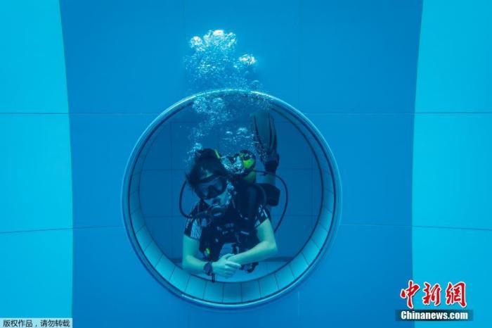 """当地时间11月21日,波兰首都华沙附近姆什乔努夫,全球最深潜水泳池""""深斑""""日前开幕。"""