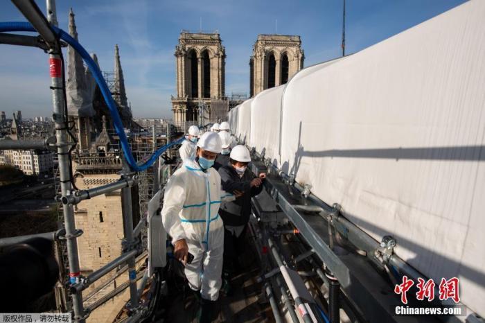 2020年11月25日消息,巴黎圣母院脚手架拆除工作完成。法国文化部长巴舍洛(图中第二位)当天前往巴黎圣母院,对脚手架的拆除情况进行了现场查看,并见证最后一部分脚手架被移走。