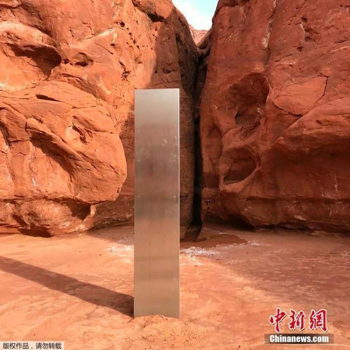 当地时间11月24日美国犹他州公共安全局公布了在当地红岩地区发现的一块神秘金属巨石照片(图片拍摄于11月18日)。犹他州公共安全部和野生动物资源部门的工作人员在进行例行检查时从空中发现了这块来源不明的金属巨石,金属所在的确切位置并没有公开透露。