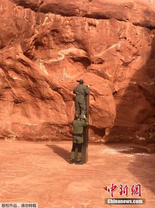 11月25日消息,据美联社报道,当地时间11月24日美国犹他州公共安全局公布了在当地红岩地区发现的一块神秘金属巨石照片(图片拍摄于11月18日)。犹他州公共安全部和野生动物资源部门的工作人员在进行例行检查时从空中发现了这块来源不明的金属巨石,金属所在的确切位置并没有公开透露。