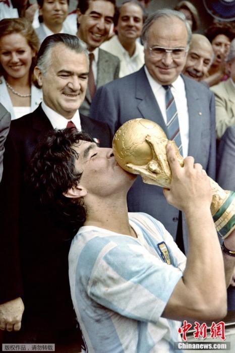 1986年6月29日,墨西哥城的阿茲特卡體育場,馬拉多納在阿根廷奪得世界杯冠軍后親吻獎杯。
