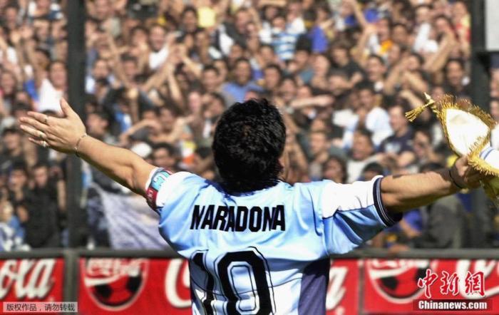 2001年11月10日,马拉多纳在个人告别赛上向球迷致敬。