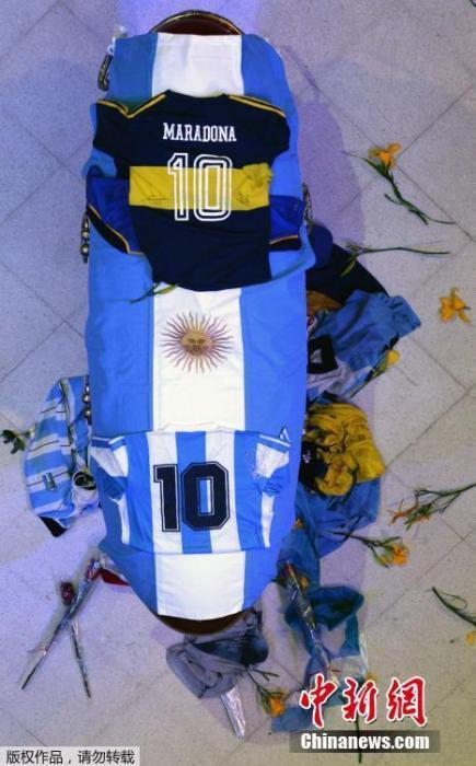 """当地时间11月26日,阿根廷首都布宜诺斯艾利斯,""""球王""""马拉多纳的悼念仪式在总统府玫瑰宫。马拉多纳的灵柩上,覆盖着阿根廷国旗以及阿根廷国家队和博卡青年的两件10号球衣。"""