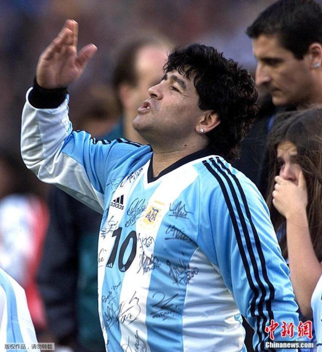 """資料圖:2001年11月10日,在阿根廷布宜諾斯艾利斯的""""La Bombonera""""體育場舉行的馬拉多納個人告別賽上,球王向觀眾飛吻致意。"""