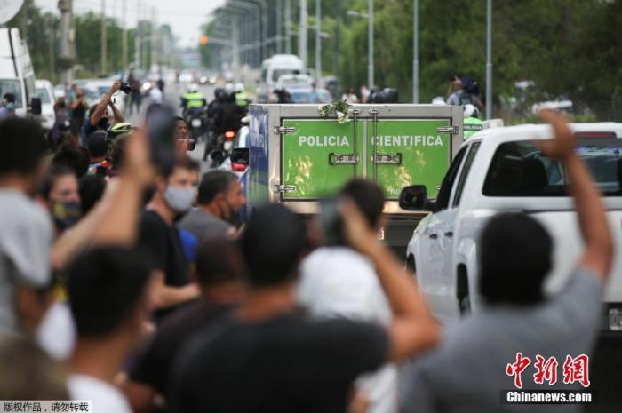 當地時間11月25日,在阿根廷布宜諾斯艾利斯省蒂格雷,警察在傳奇球星迭戈·馬拉多納的住所周圍警戒。