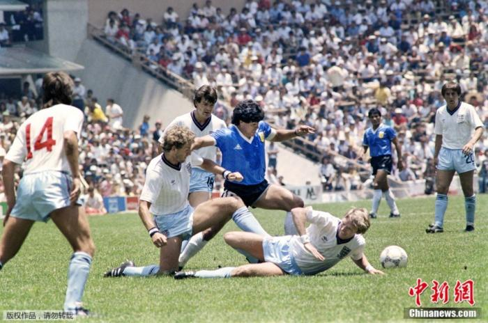 """1986年6月22日,墨西哥世界杯四分之一决赛阿根廷对阵英格兰的比赛中,马拉多纳连过数人,上演""""世纪进球""""。"""
