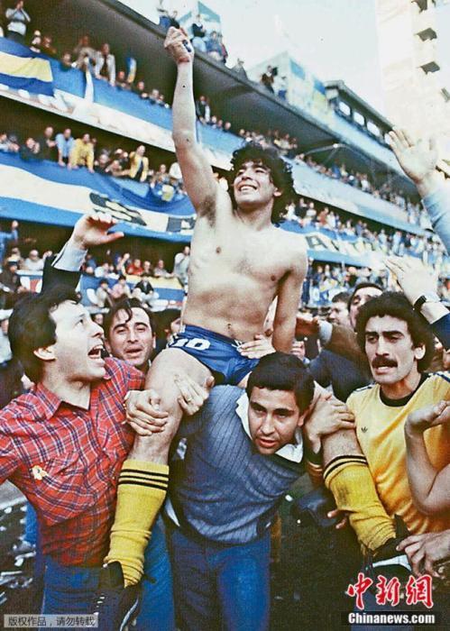 1981(年),阿(根)廷布(宜)诺(斯)艾(利)斯,马拉多(纳)(在)(带)领博(卡)青(年)赢得锦(标)赛后,与球迷(一)起庆祝。