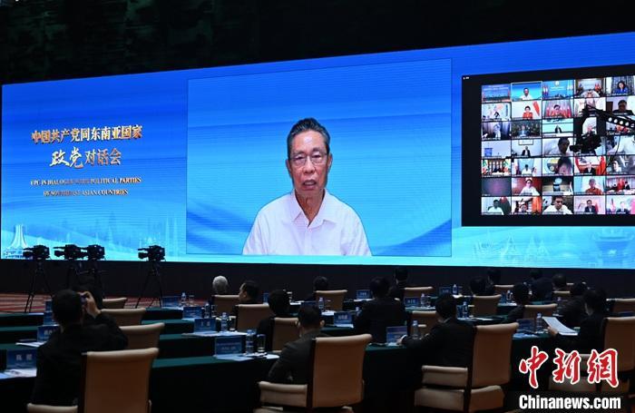 图为中国工程院院士钟南山通过视频致辞。 中新社记者 张兴龙 摄