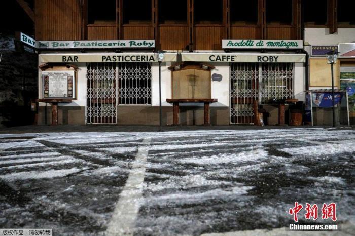 资料图:图为意大利滑雪胜地中关闭的酒吧。