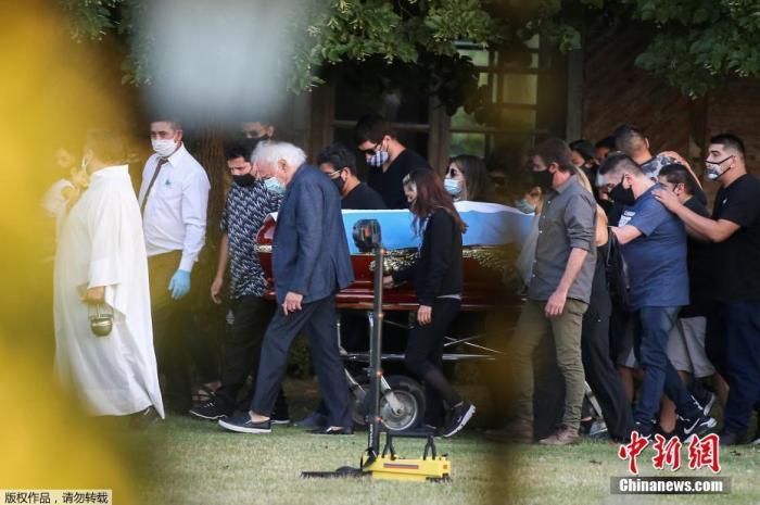 当地时间11月26日,传奇球王马拉多纳的灵柩运抵首都布宜诺斯艾利斯郊区的贝拉维斯塔公墓,民众自发在路边护送灵车,与球王做最后的告别。