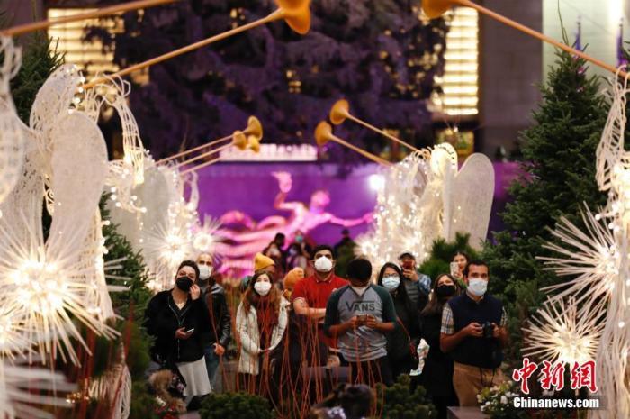 当地时间11月26日,美国传统节日感恩节,民众欣赏纽约洛克菲勒中心布置的节日景观。 中新社记者 廖攀 摄