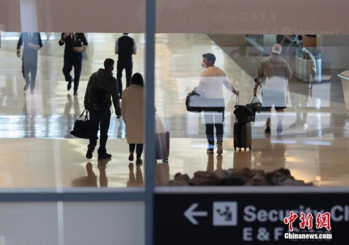 当地时间11月26日,旅客在美国加州旧金山国际机场。美国疾病控制与预防中心敦促美国人在感恩节期间不要旅行,但仍有数百万人在假期出行。流行病学家和公共卫生官员警告说,感恩节将加剧美国本已很严重的疫情。 中新社记者 刘关关 摄