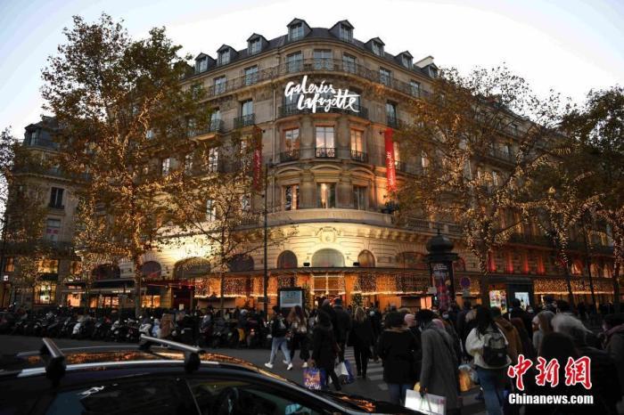 当地时间11月28日,巴黎老佛爷百货公司恢复营业。