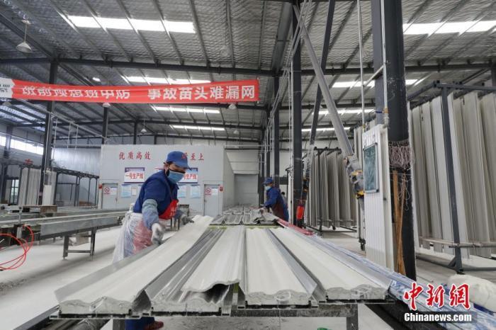 资料图:宁夏吴忠市盐池县大水坑镇石膏企业扶贫车间里,工人们在忙碌着。 中新社记者 于晶 摄