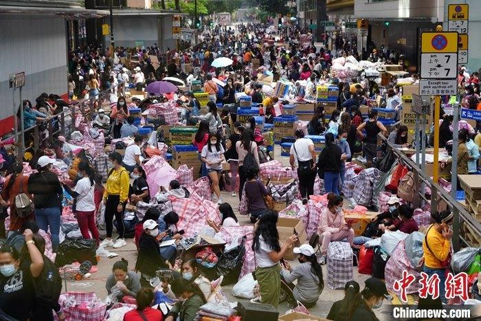 11月29日,大批外佣聚集在香港中环街头。香港卫生署卫生防护中心当天通报,截至29日零时,香港单日新增新冠肺炎确诊病例115宗,是近四个月来新高,其中109宗属本地感染,6宗为输入个案。 中新社记者 张炜 摄
