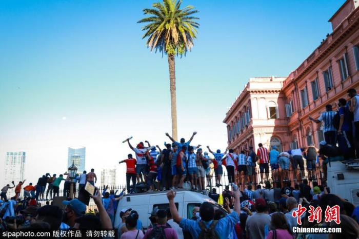 资料图:阿根廷球迷,高声呼喊纪念马拉多纳。图片来源:Sipaphoto版权作品 禁止转载