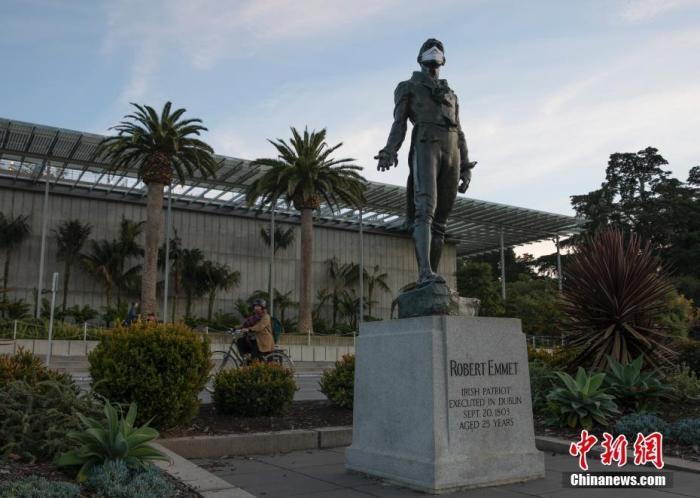 当地时间11月29日,美国加州旧金山金门公园里的一尊雕像被戴上口罩。 中新社记者 刘关关 摄